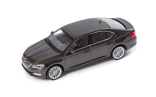 ŠKODA Modellauto SUPERB Limousine III, 1:43, Farbe Magnetic-Braun Metallic
