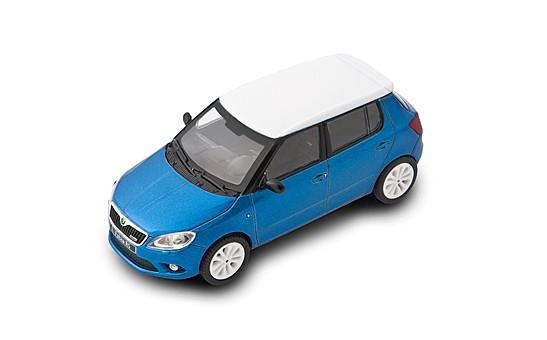 ŠKODA Modellauto FABIA RS, Modell 1:43, Farbe Race-Blau/Weißes Dach